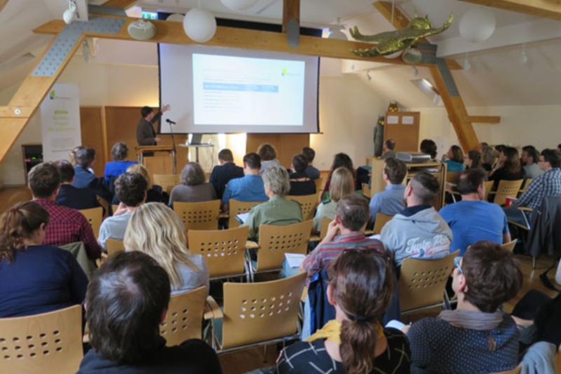 Holger Ohlenburg, Referent Fachinformationen, erläuterte wirksame Maßnahmen zur Vermeidung von Fledermauskollisionen an Windenergieanlagen. Bildrechte: KNE.