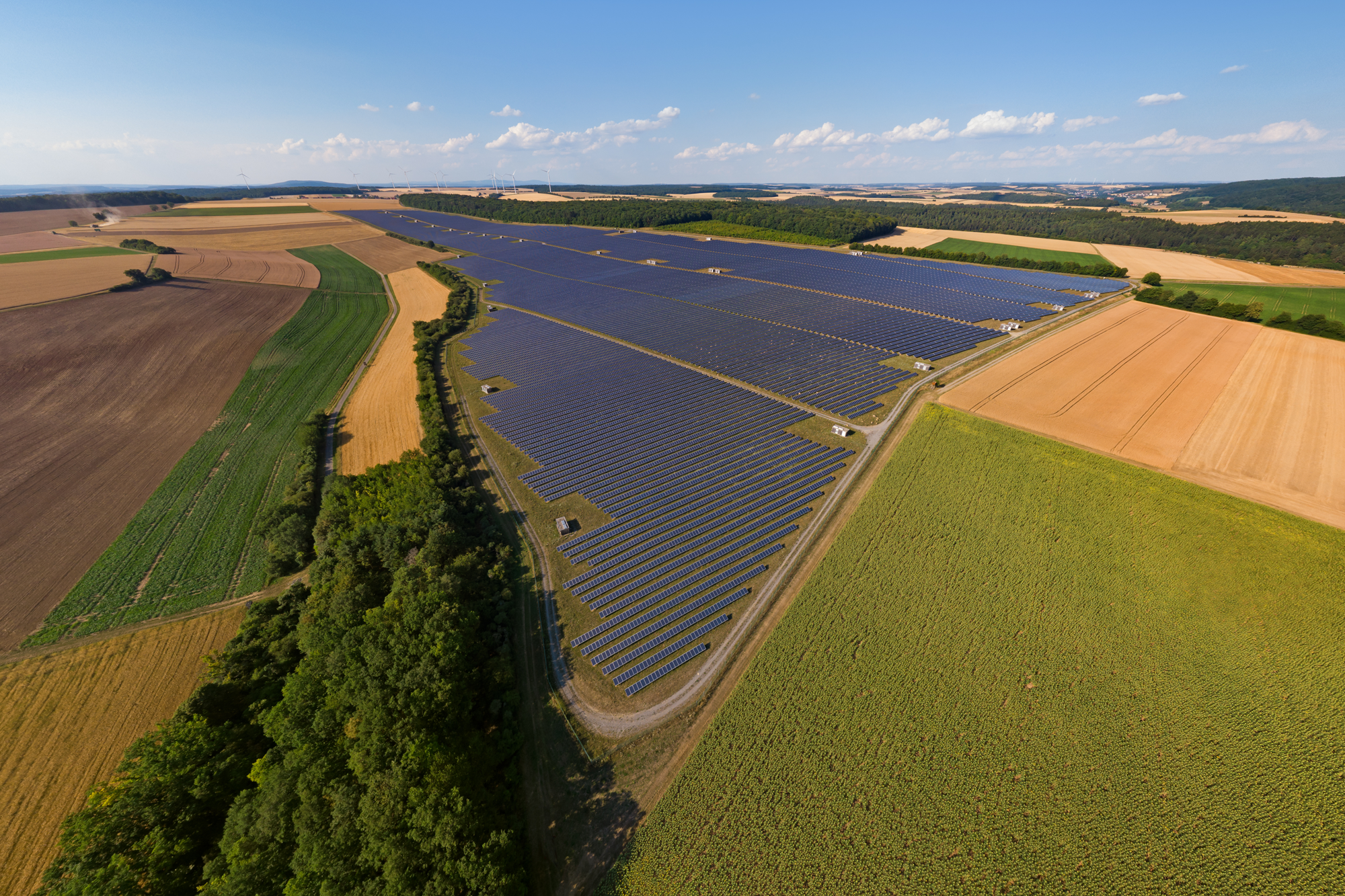 Solarpark inmitten landwirtschaftlicher Flächennutzung, Foto: © Michael von Aichberger - stock.adobe.com