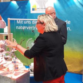 Bundesumweltministerin Svenja Schulze am KNE-Stand zum Tag der offenen Tuer im BMU 2019