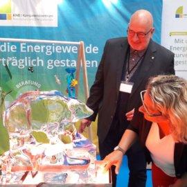 Bundesumweltministerin Svenja Schulze und KNE-Direktor Dr. Torsten Raynal-Ehrke am KNE-Stand