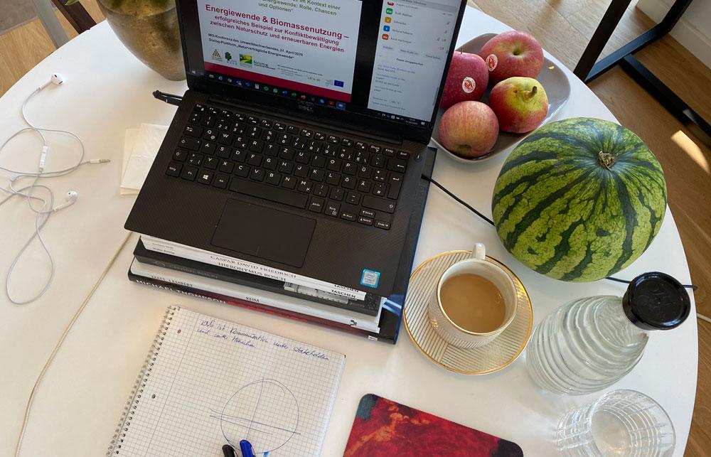 Laptop auf Tisch Und weiteres Material