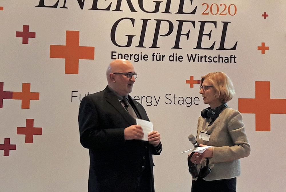 Zwei Personen auf der Bühne im Gespräch