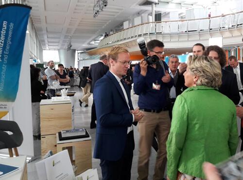 Das KNE auf den Berliner Energietagen 2018 - Michael Krieger, Geschäftsführer des KNE, im Gespräch mit Bundesumweltministerin Svenja Schulze.