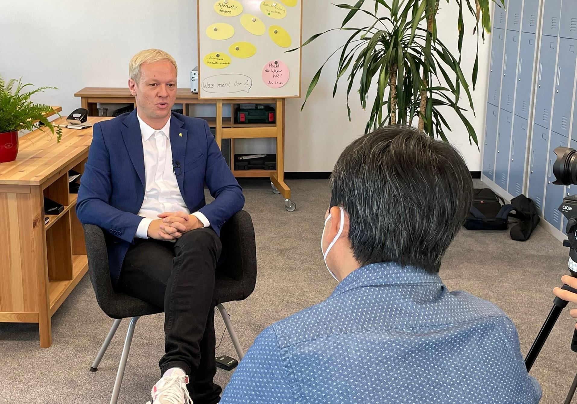 Michael Krieger im Gespräch mit einem koreanischen Fernsehsender