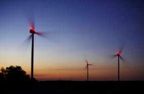 Drei Windenergieanlagen bei Nacht mit Beleuchtung, Foto: © sunsand-stock.adobe.com