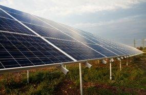 Photovoltaikanlage auf Freifläche von PublicDomainPictures auf Pixabay