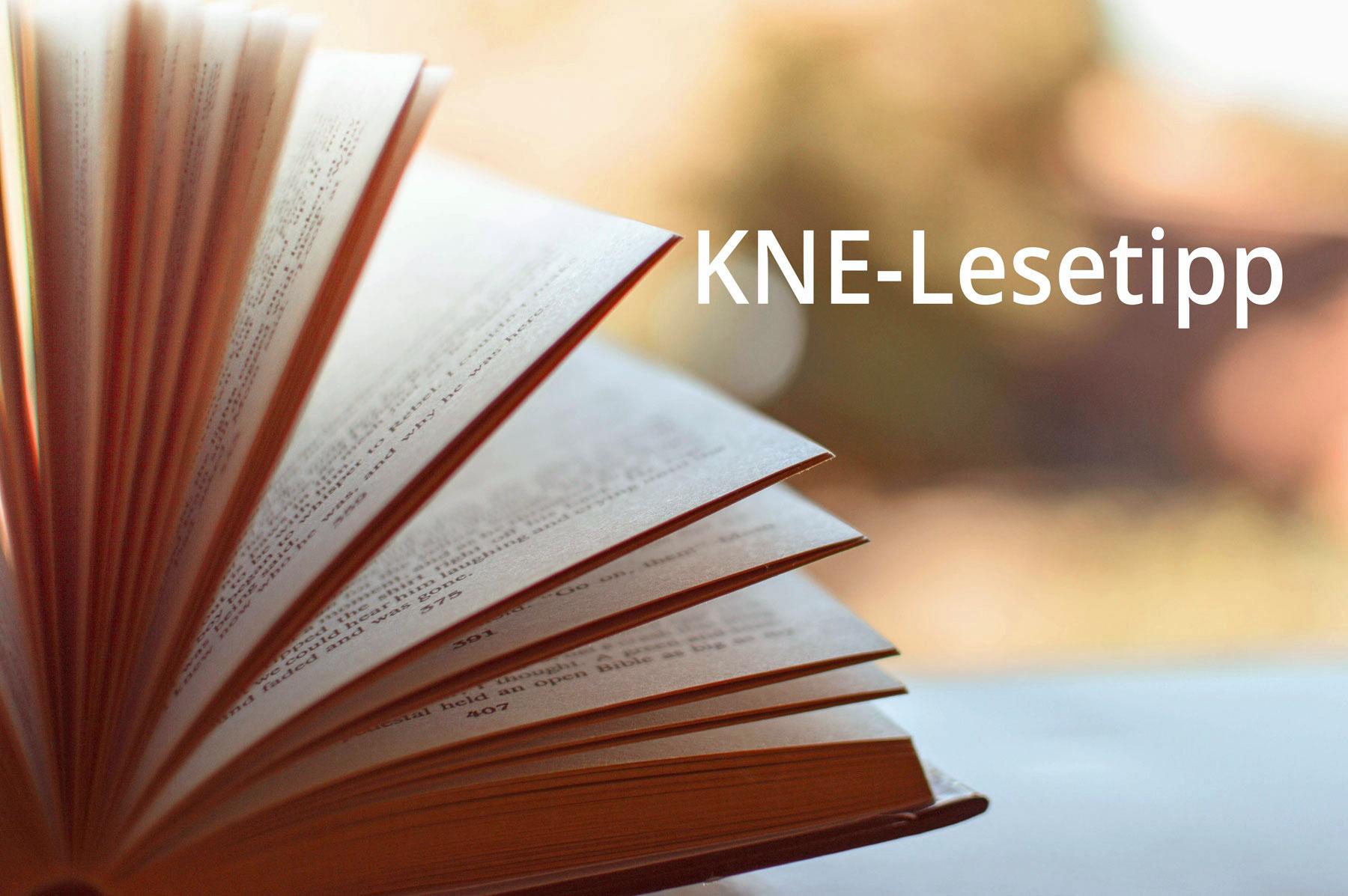 Aufgeschlagenes Buch und Schrift KNE-Lesetipp