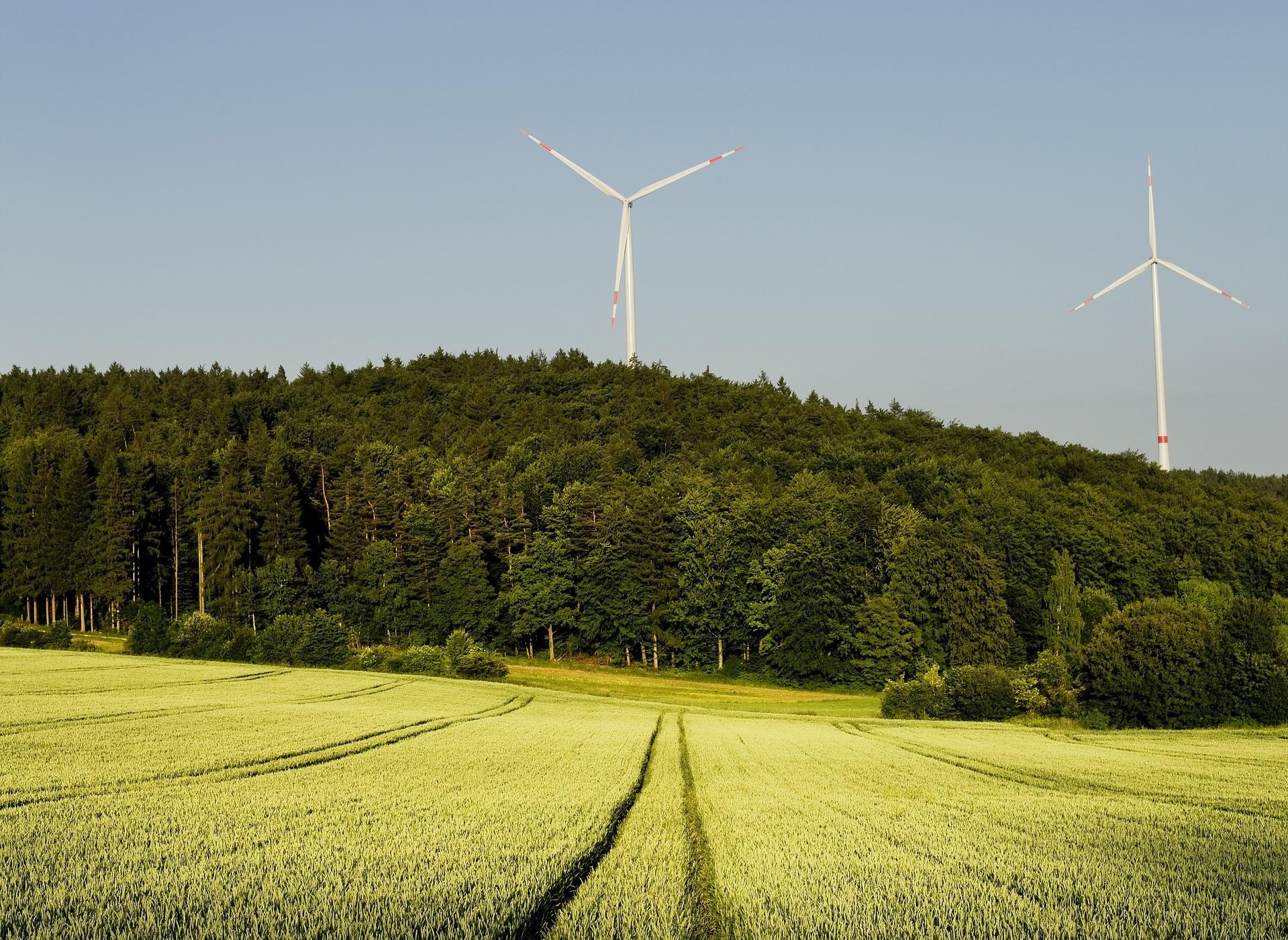 Windenergieanlagen und Landschaft, Bild von andreas160578 auf Pixabay