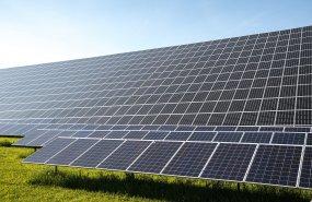 Photovoltaikpanele auf einer Freifläche_Michael Schwarzenberger-Pixabay