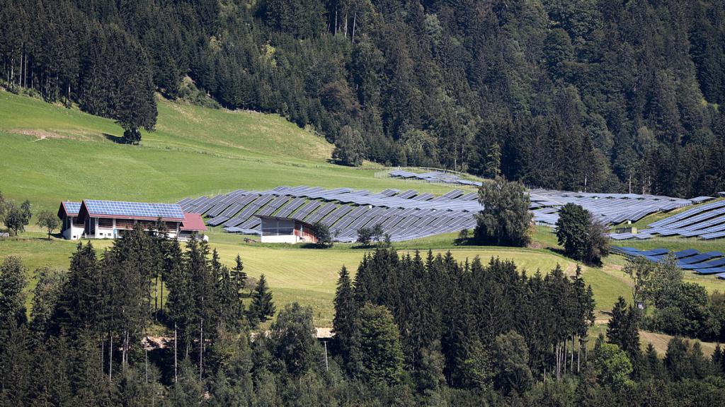 Solarpark in Landschaft - Pixabay