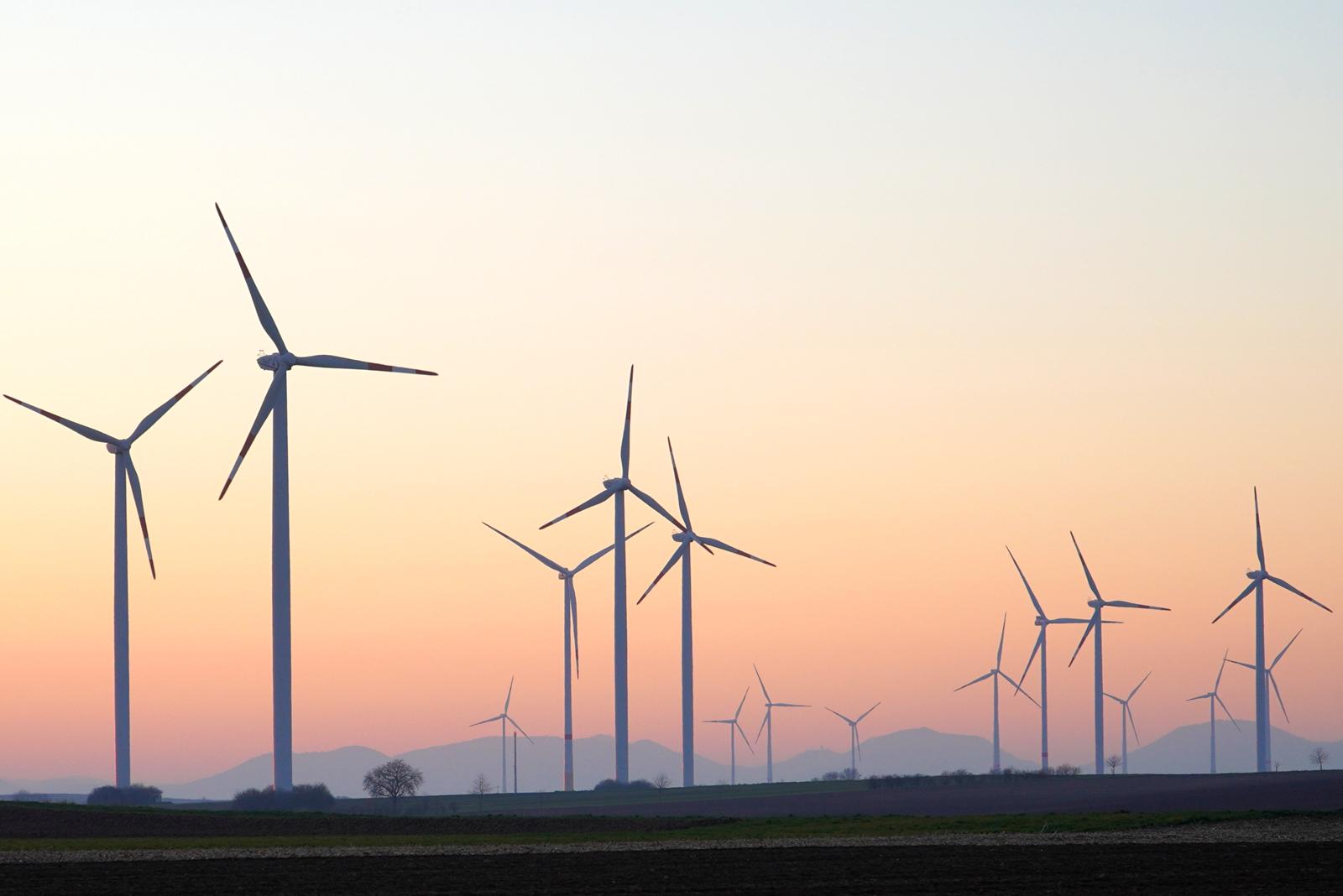 Windenergieanlagen im Sonnenuntergang - Pixabay