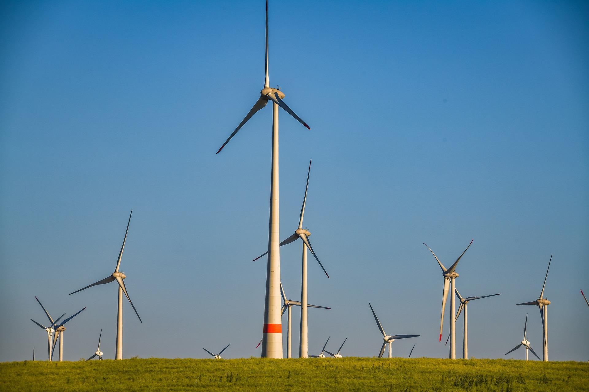 Windenergieanlagen vor blauem Himmel